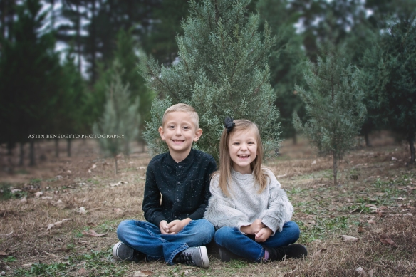 Astin-Benedetto-Photography- Warren-County-NJ-Family-Photographer-brother-sister-sitting-christmas-tree-farm
